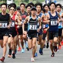 最後の合同練習で40㌔走に汗を流す日本実業団陸上競技連合の長距離選手たち=15日、奄美市名瀬西仲勝