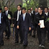 奄美自然観察の森を視察する石井国交相(前列中央)=5日、龍郷町