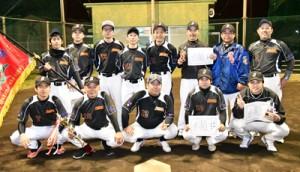 2連覇を果たした馨和会ソフトボール=10日、名瀬運動公園多目的広場