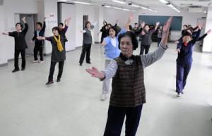 碇元さん(手前)を中心にレクダンスを楽しむ「フレッシュダンス」グループ生=5日、瀬戸内町のせとうち物産館