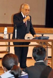 徳之島での戦争体験を交え、平和の尊さを訴える牧道重さん=16日、鹿児島市の西陵中学校