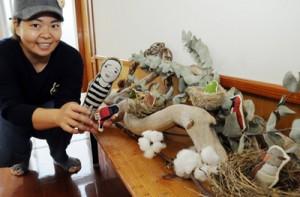 刺しゅう作品で初の個展を開いたMABUCOさん=11日、瀬戸内町のかけろま手しごと工房