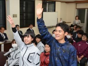 爽やかに選手宣誓する(右から)中村康明、栄まひるの両選手=16日、奄美市名瀬の奄美会館