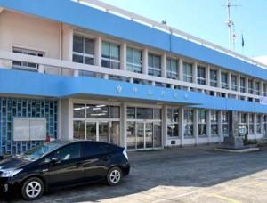 1963年建設で、老朽化に伴い建て替えを検討している伊仙町現庁舎=30日、同町伊仙