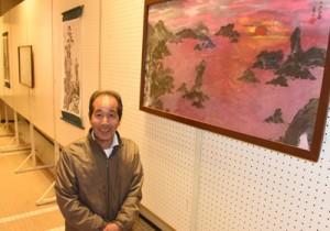 墨で描いた力作14点を展示した戸内さんの個展=19日、奄美市名瀬の奄美文化センター