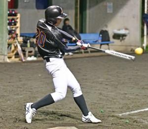 3回裏、三塁打を放つ馨和会の鶴田=10日、名瀬運動公園多目的広場