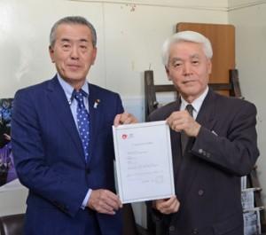日本版DMO登録を報告した有村会長(左)ら=30日、奄美市名瀬