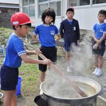 搾ったキビ汁を煮詰める児童たち=30日、大和村の大和小学校