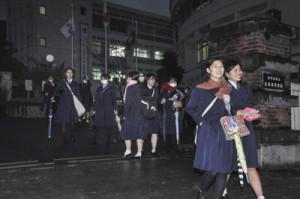 センター試験を終え、会場を後にする生徒たち=20日、奄美市名瀬の県立大島高校正門前