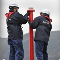設置した仮灯台の安全を確認する海保職員=16日、奄美市の名瀬港西防波堤