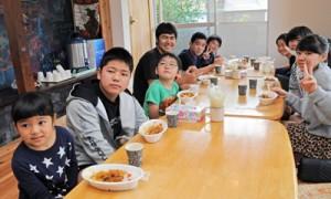 地域食堂で友人らとカレーライスを食べる子どもたち=12日、瀬戸内町阿木名