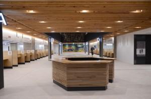市民の来庁機会が多い2階フロアは総合案内所を配置。関連課を集約したワンフロアサービスも導入