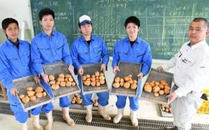 バレイショの実証栽培で発酵液の散布によって収量が増加することを確認した徳之島高校の生徒ら=18日、伊仙町伊仙