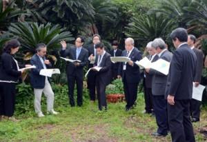 フワガネク遺跡を視察する委員会メンバー=7日、奄美市名瀬小湊