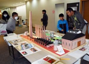 会場内に展示された古仁屋高校の生徒製作の白糖工場模型=3日、鹿児島市