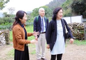 西郷菊次郎生誕の地を見学する(右から)江尻菊子さんと敬さん夫妻=27日、龍郷町