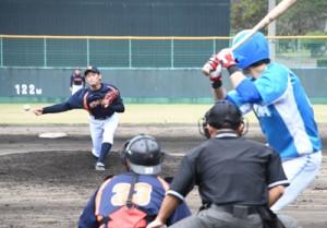熱戦を繰り広げたJX―ENEOS―大和高田クラブの交流試合=20日、名瀬運動公園市民球場