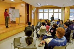 受講生らが地域活性化に向けた企画を発表した「まちおもいキャンプ」の最終講座=8日、奄美市名瀬