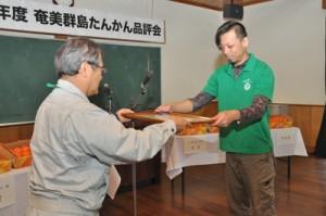 2年連続で奨励賞を受けた金城良洋さん(右)=15日、奄美市名瀬朝戸の市農業研究センター