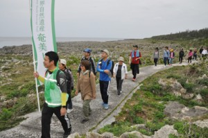 奄美トレイルの開通記念イベントでコースを歩く参加者=24日、喜界町の荒木・中里遊歩道