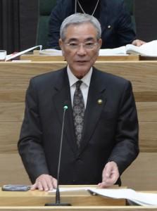 19年度当初予算上程に当たり、施政方針を発表する朝山市長=25日、奄美市議会議場