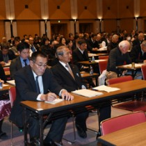県議選の立候補予定者説明会に出席した陣営関係者ら=21日、鹿児島市の県庁