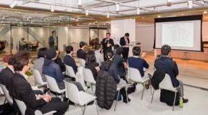 町施設を活用したJALのワーケーション報告会で、あいさつする高岡秀規徳之島町長=1日、東京都品川区のJALイノベーションラボ