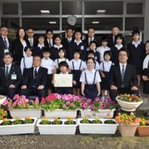 奨励賞を受賞した住用小学校の児童ら=26日、住用小学校