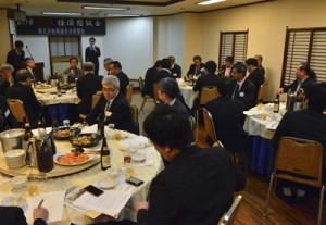 出席者一人一人が経済振興策を活発に語り合った新春経済懇談会=15日、奄美市名瀬