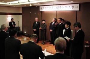 自己紹介を交え、地元の取り組みを報告する朝山市長(写真奥、左から2人目)と奄美市の関係者=1月30日、那覇市