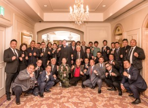 明生を囲む東京後援会の会員ら=19日、東京都港区の第一ホテル東京