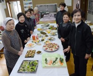 アッタドコネのアレンジ料理が並んだ旧正月の試食会=5日、奄美市名瀬