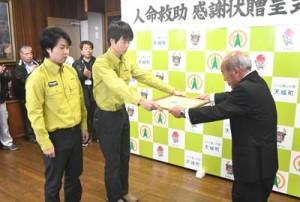 人命救助で天城町から感謝状を贈呈された沢登さん(中央)と麓さん(左)=22日、天城町役場