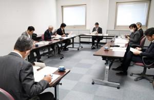 生物多様性戦略中間評価案の内容や目標数値などについて意見交換した検討会=4日、鹿児島市の県庁