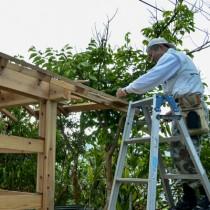 トネヤの再建に取り組んでいる元永区長=1月26日、瀬戸内町の須子茂集落
