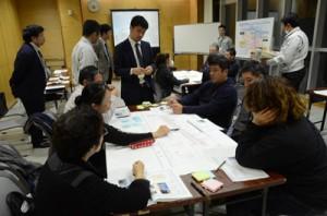 末広本通りの歩道活用方法についてアイデアを出し合う参加者=5日、奄美市名瀬