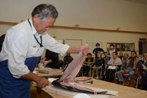 龍郷漁業集落が養護老人ホーム愛寿園で行った魚解体ショー=21日、龍郷町