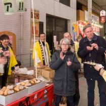好評だった鹿児島県産新バレイショの試食コーナー=5日、大阪市の天神橋筋二丁目商店街