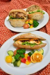 完成したフィッシュバーガー(手前)と豆腐バーガー=5日、瀬戸内町