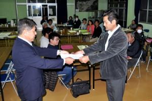 今井町長に答申書を手渡すまちづくり町民会議の外山会長=13日、知名町中央公民館
