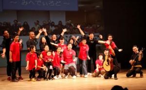 12団体が島唄や寸劇を通して島ムニの魅力を伝えた島唄・島ムニ大会(提供写真)=24日、知名町