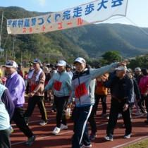 奄美トレイルの宇検村コース開通を記念した完走歩大会=3日、同村湯湾