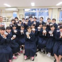 仕上げた作品を手にする大島高校書道部生徒ら=25日、奄美市名瀬の県立大島高校