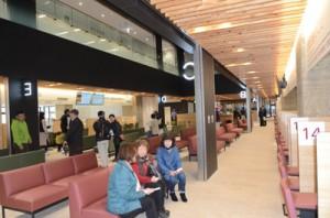 2階はワンフロアサービスを導入。真新しい庁舎内部を見学する市民ら=2日、奄美市名瀬幸町