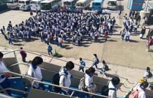 2018年は7万3千人余の入り込みがあった与論島=同年2月、同町供利港