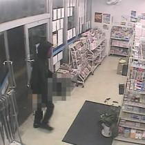奄美市名瀬のコンビニで発生した強盗未遂事件で公開された防犯カメラの映像(奄美署提供)