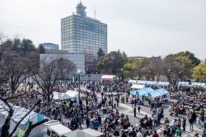 今年もにぎわった「とくの島観光・物産フェア」(上)と、人気を集めたタンカン・バレイショの即売コーナー=24日、東京・代々木公園