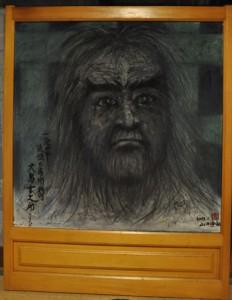 沖永良部島の西郷隆盛をイメージした肖像画(●)と、作者の山田海山さん=いずれも6日、和泊町