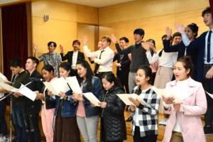 合唱を披露する留学生=22日、奄美市名瀬