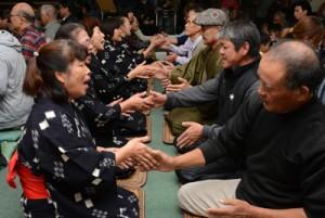 男女が向き合って唄掛けと手踊りを楽しんだ旧正月の伝統行事「節田マンカイ」=5日、奄美市笠利町節田